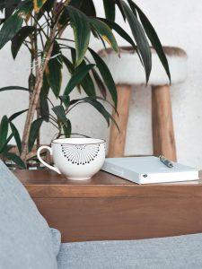 Ruheplatz mit Becher und Notizbuch
